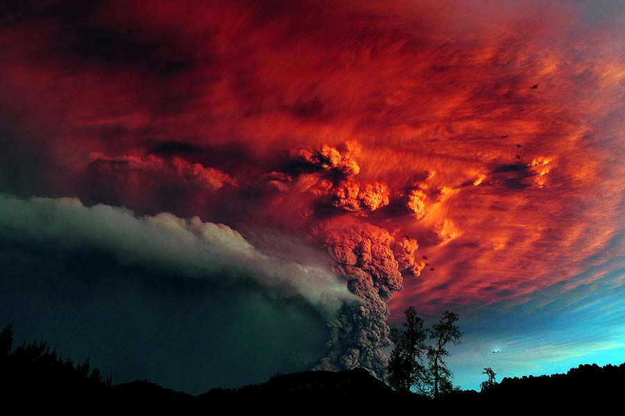 Incredible picture of smoke from a volcano.